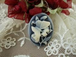 08477 Камея «Мотылек на цветке».