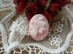 12859 Камея «Мотылек на цветке».